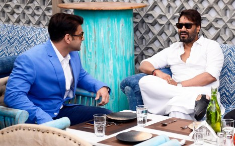 ajay-devgn-with-ali-reza-abdi-brand-owner-sheesha-sky-lounge-4