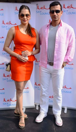 eesha-koppikar-and-timmy-narang-are-all-smiles-at-the-launch-event-of-sheesha-sky-lounge