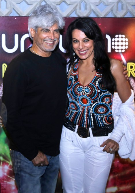 pooja-bedi-drops-in-to-check-out-the-swanky-new-sheesha-sky-lounge